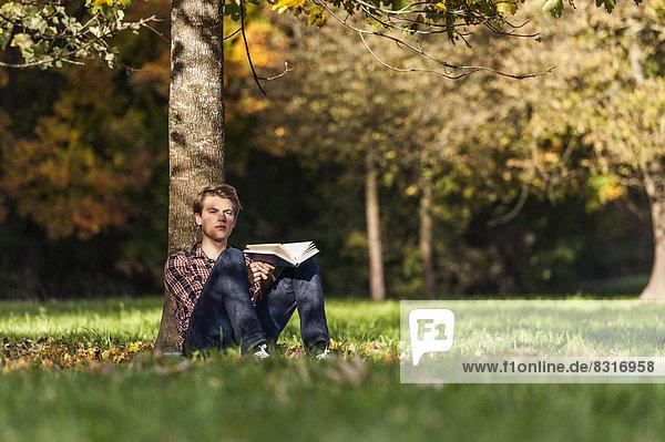 Mann Buch jung Taschenbuch vorlesen