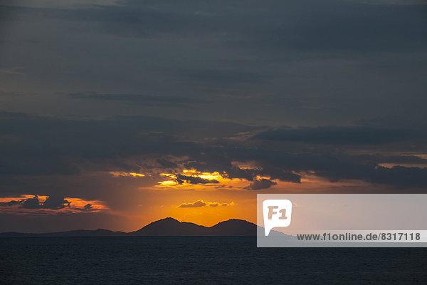 Sonnenuntergang über der Westküste der Insel Flores