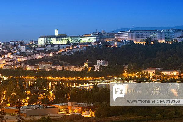 Das historische Zentrum mit der Universität von Coimbra  UNESCO-Weltkulturerbe  mit dem Fluss Mondego bei Nacht