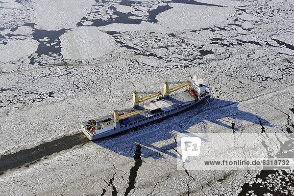 Schiff auf der Elbe bei Eisgang  Luftbild