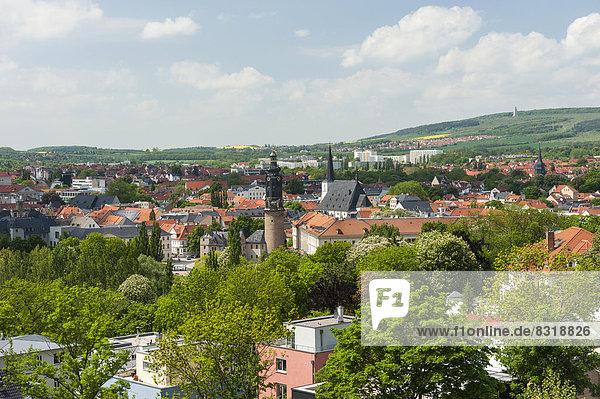 Altstadt Weimar mit Residenzschloss und Herderkirche  hinten der Ettersberg
