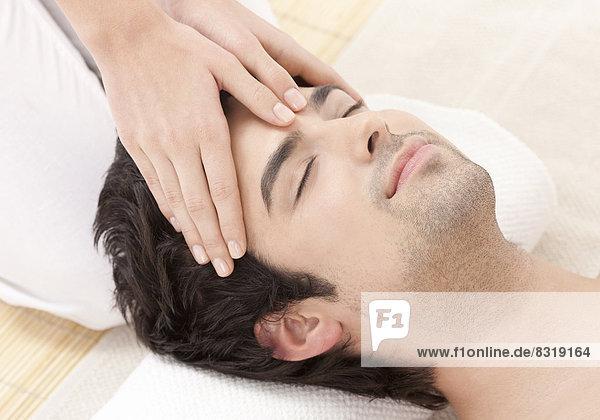 Mann empfangen Massage jung