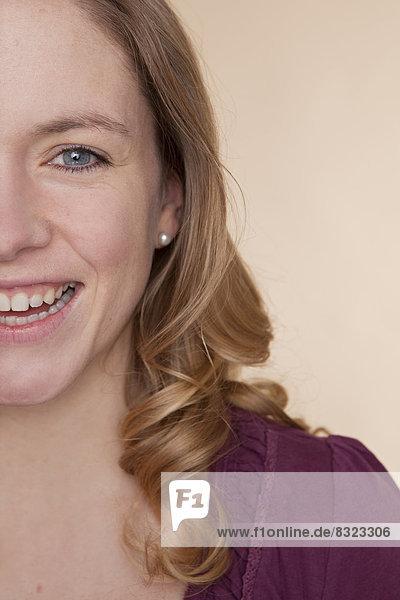 Glückliche blonde Frau  close-up