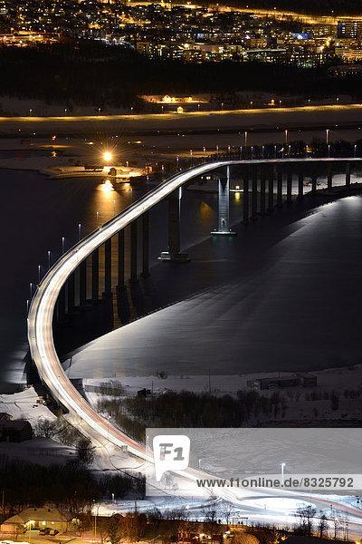 Brücke über Fjord bei Nacht