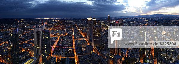 Ausblick auf Frankfurt zur blauen Stunde
