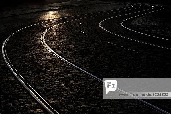 Straßenbahnschienen bei Nacht