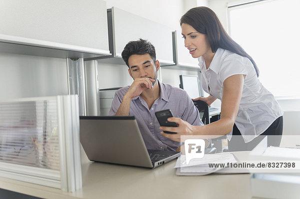 Frau  Mann  arbeiten  Büro  Business