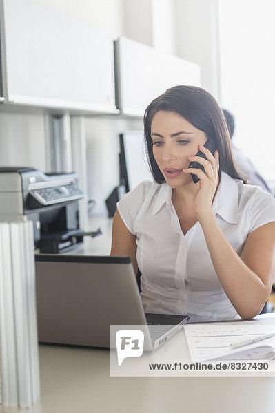 Frau  sprechen  Notebook  arbeiten  Telefon  Büro  Handy