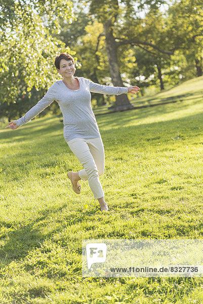 Frau  springen  reifer Erwachsene  reife Erwachsene  Gras