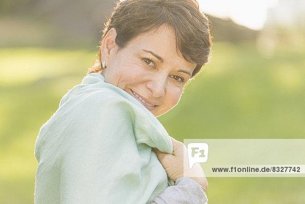 Außenaufnahme  Portrait  Frau  lächeln  reifer Erwachsene  reife Erwachsene  freie Natur