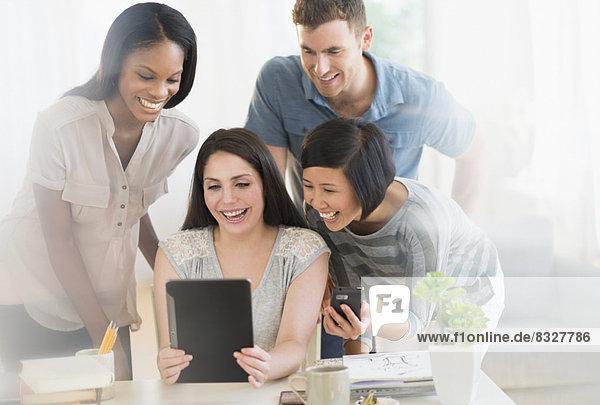 benutzen  Freundschaft  jung  Tablet PC