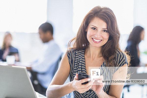 Lächelnde Frau in office