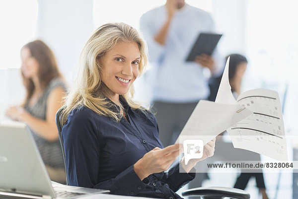 Frau  Schreibtisch  lächeln  Büro