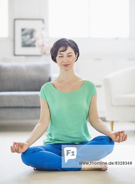 Interior  zu Hause  Frau  Meditation  jung