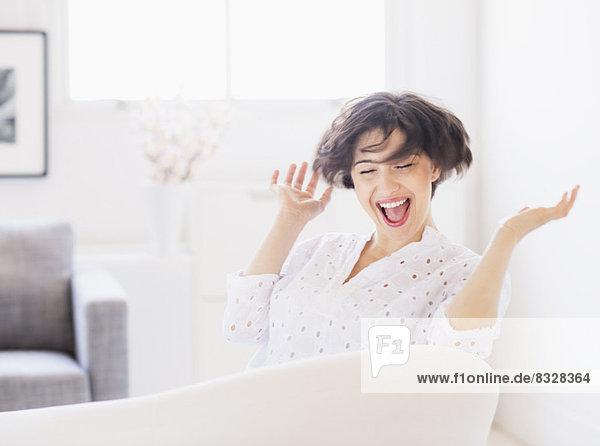 Portrait einer lachenden jungen Frau