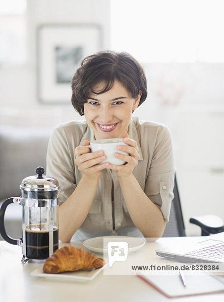 Portrait  Frau  Tasse  halten  Kaffee