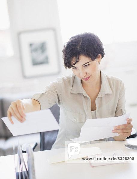 Interior  zu Hause  Frau  Büro  Schreibarbeit Heimarbeitsplatz
