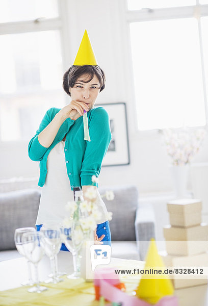 hinter  stehend  Interior  zu Hause  Frau  Party  Hut  Tisch