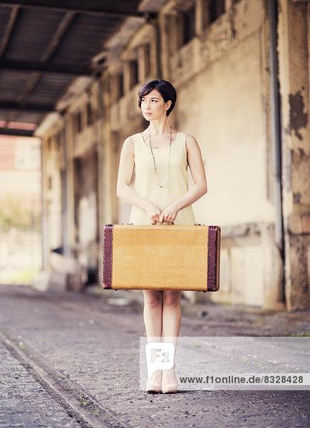 Frau  halten  Koffer  Kleid  Haltestelle  Haltepunkt  Station  Zug