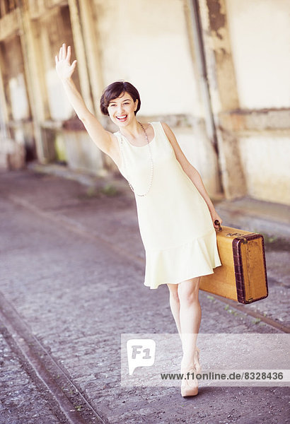 Frau , halten , Koffer , Kleid , Haltestelle,  Haltepunkt,  Station , Zug