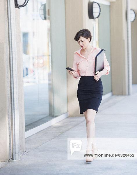 Portrait  Frau  gehen  Text  Kurznachricht  Business