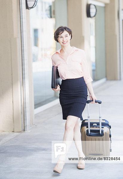 Portrait  Frau  ziehen  Koffer  Business