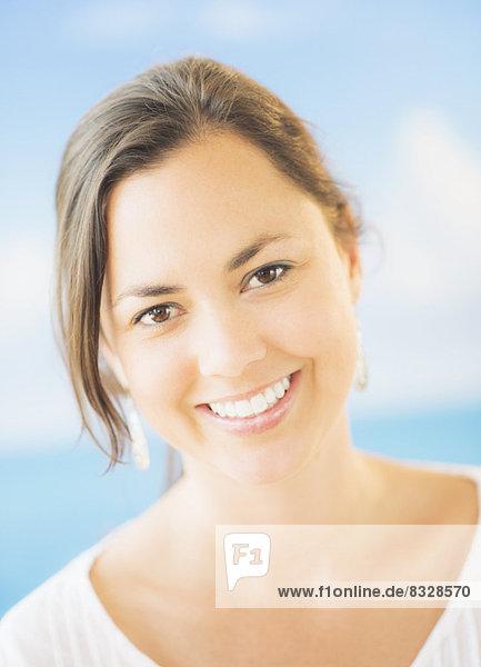 Frau  lächeln  schießen  Studioaufnahme  braun  Haar