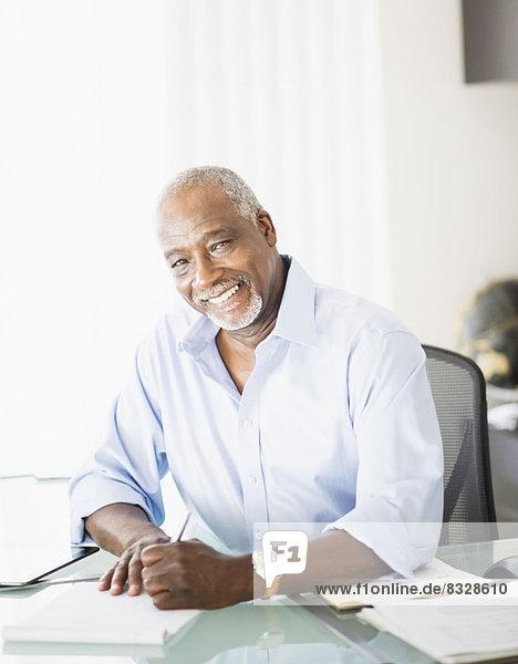 Senior  Senioren  Portrait  Mann  schreiben  Büro