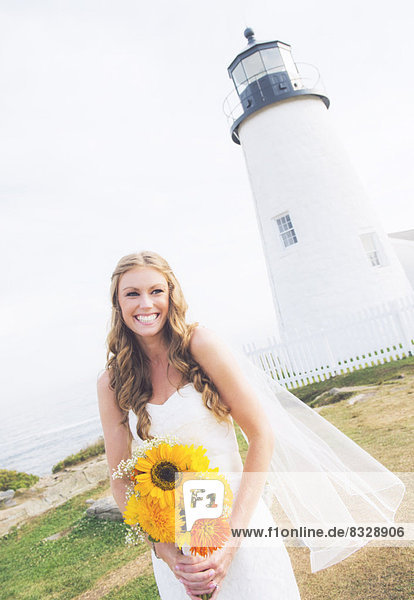 Sonnenblume  helianthus annuus  Blumenstrauß  Strauß  Portrait  Braut  lächeln  halten
