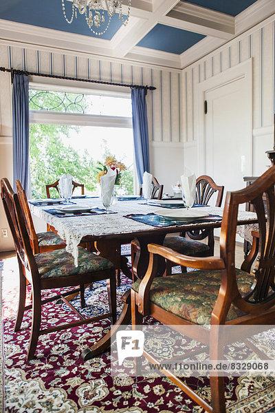 leer am Tisch essen Zimmer