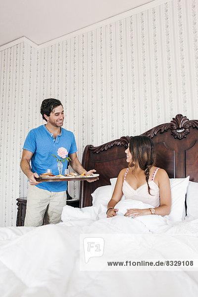 Frau  Mann  Zimmer  bringen  Bett  Hotel  Frühstück
