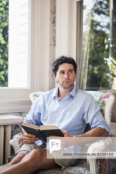 Portrait  Mann  Entspannung  Buch  jung  Taschenbuch