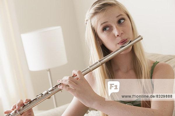 Spiel  13-14 Jahre  13 bis 14 Jahre  Mädchen  Flöte  Schilf