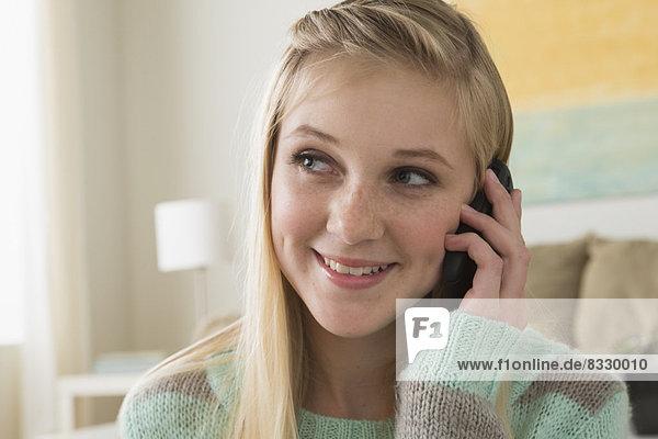 Portrait  Jugendlicher  13-14 Jahre  13 bis 14 Jahre  Mädchen  Smartphone