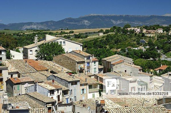 Fliesenboden  Dach  Berg  über  Hintergrund  Dorf  Ansicht  Provence - Alpes-Cote d Azur  Valensole