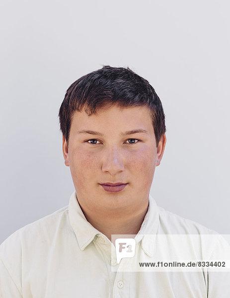 Bildnis eines Teenagers mit kurzen schwarzen Haaren.