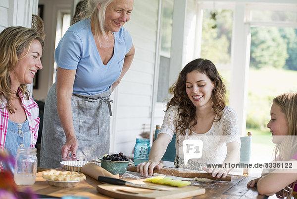 Bauernhaus auf dem Land im Bundesstaat New York. Vier Generationen von Frauen in einer Familie  die Kekse und Apfelkuchen backen.