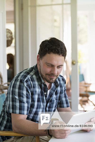 benutzen Mann Tablet PC Tisch