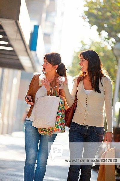 Frau  Getränk  Schwester  Straße  kaufen  40  Spanien
