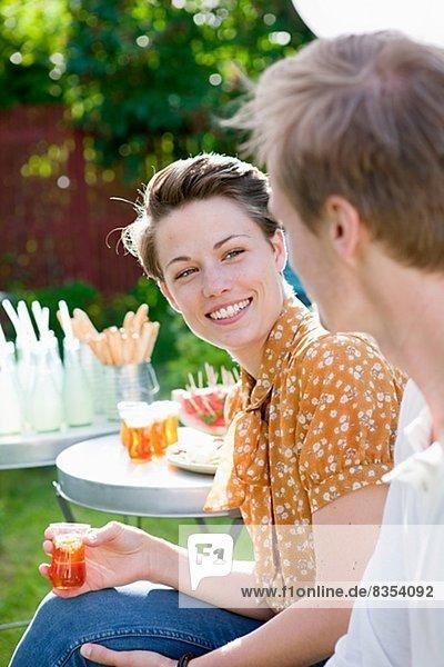 Frau Mann sprechen Party Garten