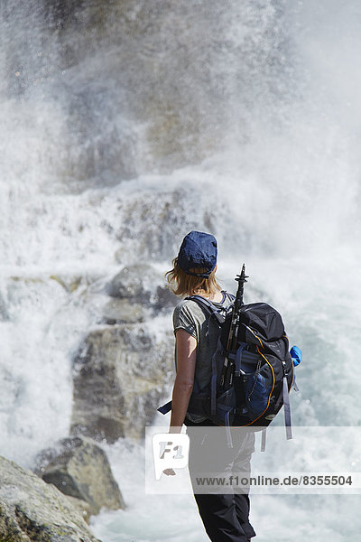 Frau steht am Grimselsee  Berner Oberland  Schweiz