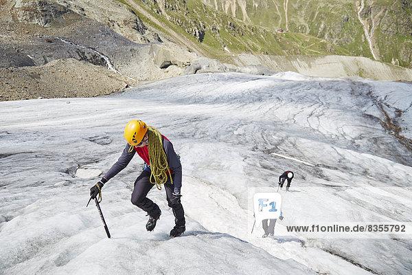 Eiskletterer am Taschachferner  Pitztal  Tirol  Österreich