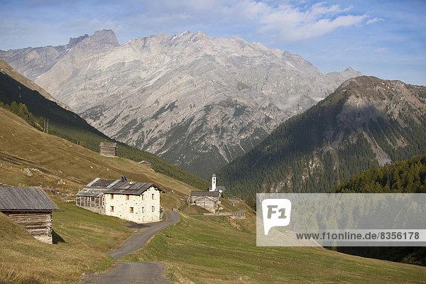 hoch oben Berg Gebäude Tal Italien Lombardei