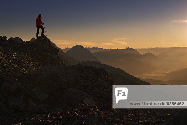 Bergsteiger  Morgenrot über dem Inntal  Ehrwald  Tirol  Österreich