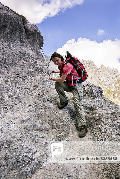 Wanderin auf dem versicherten Jubiläumssteig  einem Teilstück auf dem Wilder-Kaiser-Steig  Kaisergebirge  bei Ellmau  Tirol  Österreich