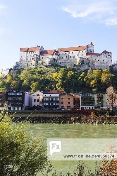 Deutschland  Bayern  Burghausen  Schlossanlage mit Salzach