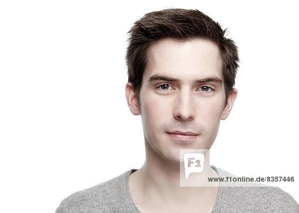 Porträt eines ernsthaft aussehenden jungen Mannes  Nahaufnahme