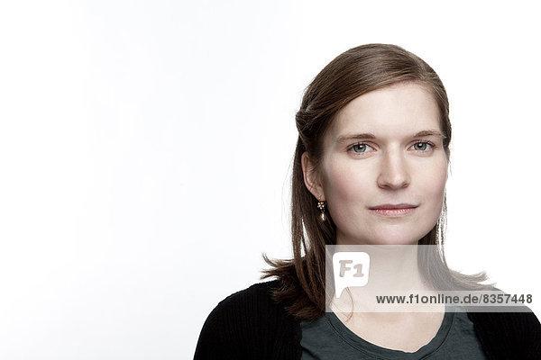 Porträt einer ernsthaft aussehenden jungen Frau  Nahaufnahme