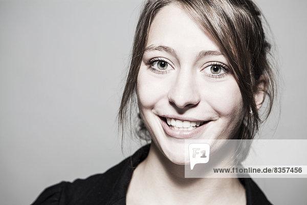 Porträt einer lächelnden jungen Frau  Nahaufnahme