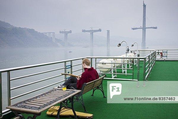 Tourist  Schiff  Gitarre  Spiel  Terrasse  Kreuzfahrtschiff  China  Linie
